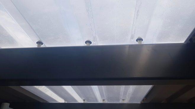 Carportdach Verschraubung einer Polytrapez-Lichtbahn mit Spezialschrauben