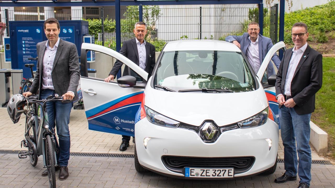 Pressefoto Eröffnung der E-Mobilitätsstation Werrastraße in Bochum. Von links nach rechts auf dem Foto zu sehen: Oberbürgermeister Thomas Eiskirch, Jörg Filter (BOGESTRA), Frank Thiel (Stadtwerke), Norbert Riffel (VBW)