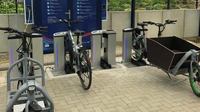 Pedelec und E-Lastenrad beim Tanken des Ökostroms an den Ladesäulen der E-Mobilitäts-Station