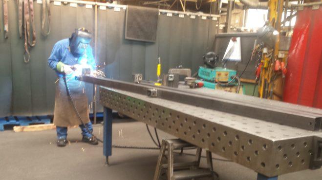 Carportproduktion - Verbinder an Dachbalken anschweißen