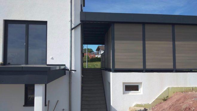 Doppelcarport mit Schuppen - Carportmaster Projekt 19-P-2736 - 95506 Kastl - Anschluss der Entwässerung an das bestehende Fallrohr des Hauses